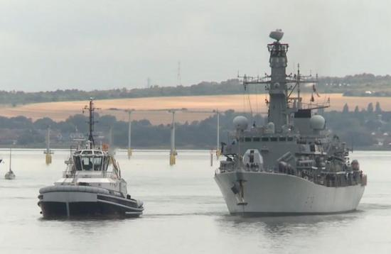 驶出码头的英国皇家海军的肯特号护卫舰
