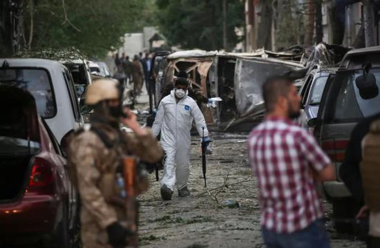 ↑5月8日,在阿富汗首都喀布尔,阿富汗安全部队检查发生袭击的地点。