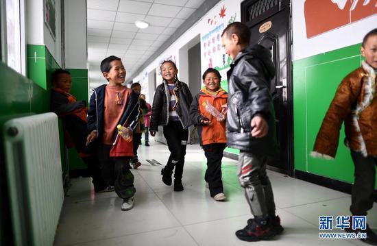 2021年3月26日,青海玛多县民族寄宿制中学二年级的学生在课间玩耍。该校目前采用清洁取暖方式,学生的学习和生活环境大为改善。新华社记者 张宏祥 摄