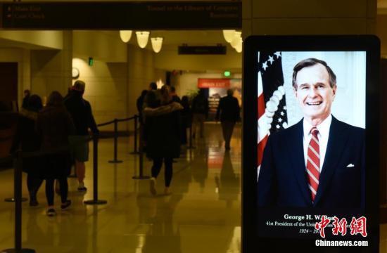 当地时间12月3日临近午夜,上千美国民多前去国会山圆形大厅瞻抬前总统老布什灵柩。美国第41任总统乔治·H·W·布什(老布什)灵柩当天运抵华盛顿,19时30分首,批准公多瞻抬。中新社记者 陈孟统 摄