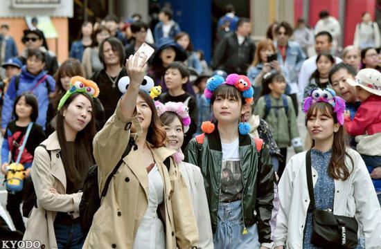 部分日本人利用超长假期出游(《日本经济新闻》网站)