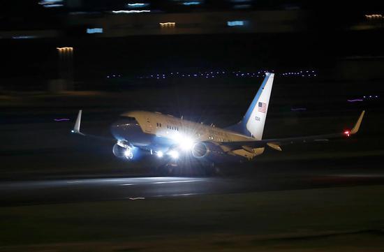 图为专机抵达安德鲁空军基地。(美联社)