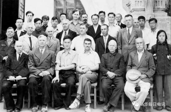 1953年6月,哈工大制图教研室全体教师合影。