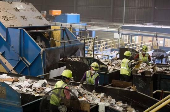 ▲美国马里兰州埃尔克里奇,工人在废物回收厂内分类垃圾。