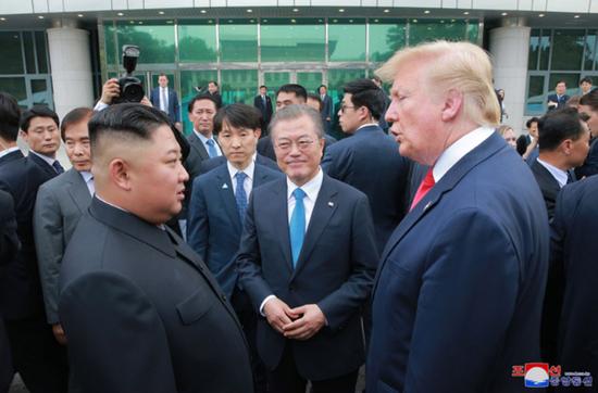 6月30日,美朝韩首脑在板门店会面。(朝中社)