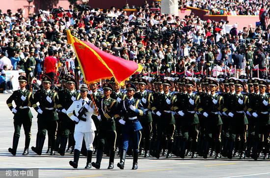 2009年10月1日上午,在北京天安门广场,中国人民解放军三军仪仗队通过主席台。当日,国庆60周年庆祝大会在此召开。图源:视觉中国