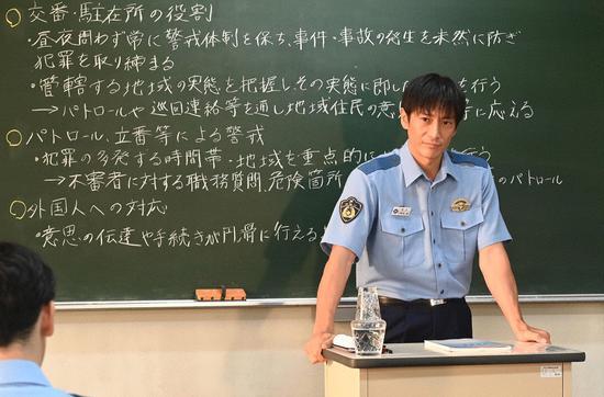 伊势谷友介在《未满警察》中饰演警察私塾的教官。