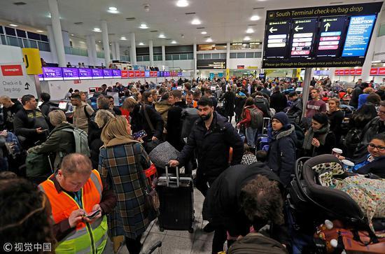 盖特威克机场滞留旅客 图源:视觉中国