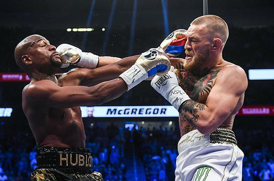 """梅威瑟曾对阵""""嘴炮""""康纳·麦格雷戈,二人在比赛中同时出拳。"""