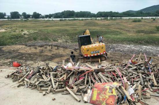 安徽太湖銷毀煙花爆竹致房屋受損 村民:還以為發生地震了