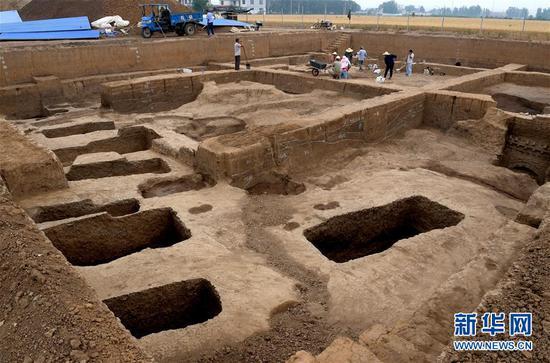 做事人员在河南省安阳市洹北商城商代铸铜工匠家族墓地进走修整挖掘(6月5日摄)。 新华社记。者 李安 摄