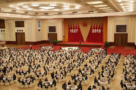 7月30日,中华人民共和国国防部在北京人民大会堂举行招待会,热烈庆祝中国人民解放军建军92周年。新华社记者 李刚 摄