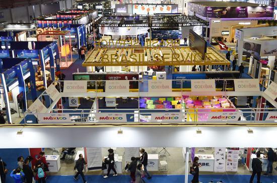 这是2018年11月10日,参观者在上海举行的首届中国国际进口博览会上参观。新华社记者 韩瑜庆 摄