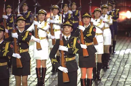 """2015年9月,中国人民解放军三军仪仗队(""""仪仗大队""""前身)女兵在俄罗斯国际军乐节上表演。"""