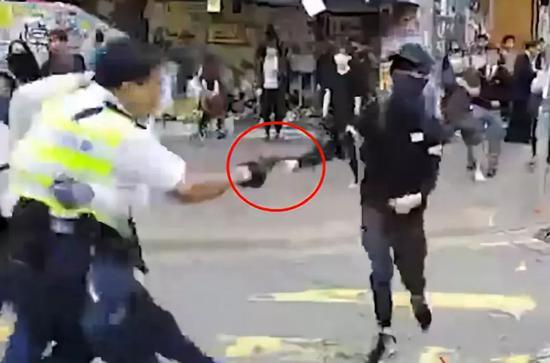 黑衣男子尝试抢夺警察配枪