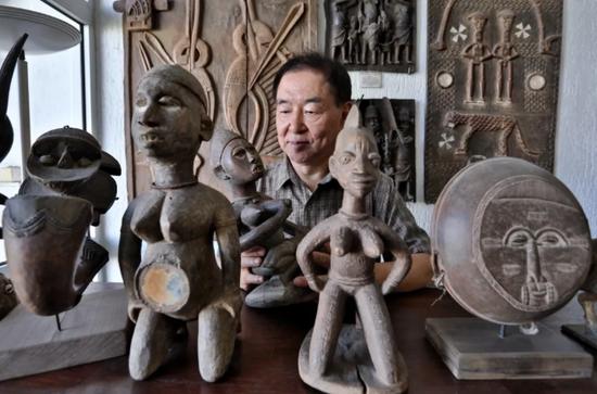 在多哥洛美几内亚湾非洲国际艺术博物馆,谢燕申在查看藏品。新华社记者 王腾 摄