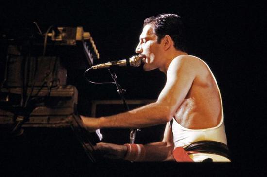 皇后笑队主唱弗雷迪·默丘里1984年演出照(视觉中国)