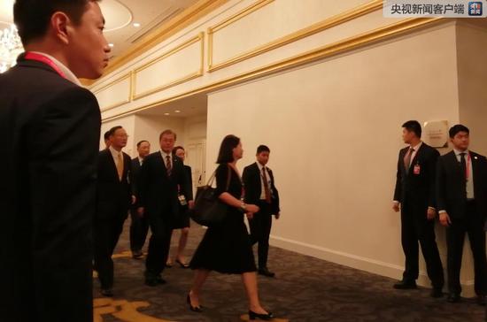 文在寅总统步入会见现场(央视记者许永松拍摄)