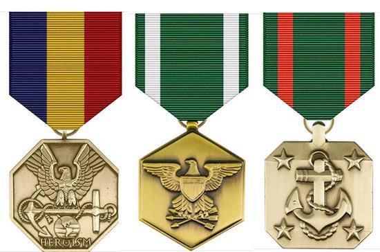 """从左至右依次为""""海军和海军陆战队""""奖章、""""海军和海军陆战队表彰""""奖章、""""海军成就""""奖章"""