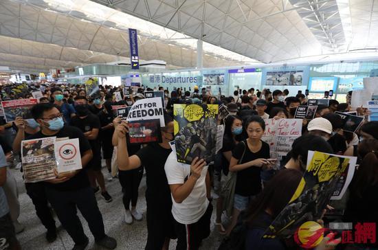 大批暗衣人在香港机场静坐(图源:大公文汇全媒体)
