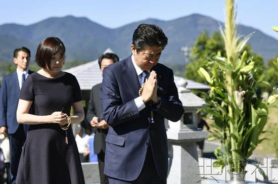安倍晋三回乡为父扫墓 汇报要推进修宪讨论