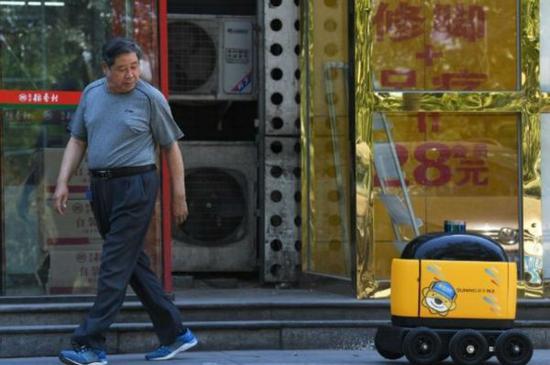 外媒称快递机器人已在中国上岗:满载货物悠闲送货