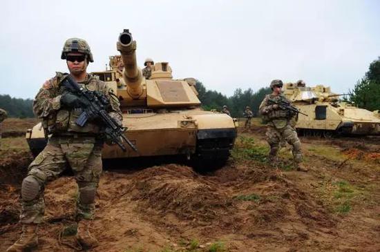 """图为在欧洲参与""""快速三叉戟""""演习的美国陆军"""