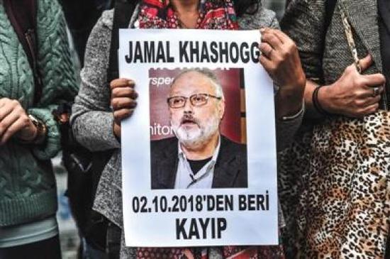 10月9日,在沙特驻土耳其伊斯坦布尔领事馆外,一名女士手持失踪记者贾迈勒·卡舒吉的肖像。 视觉中国 图