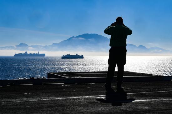 """2018年12月4日,美国海军""""杜鲁门""""(CVN-75)驶过直布罗陀海峡 本文图源如无表明均来自美国海军"""