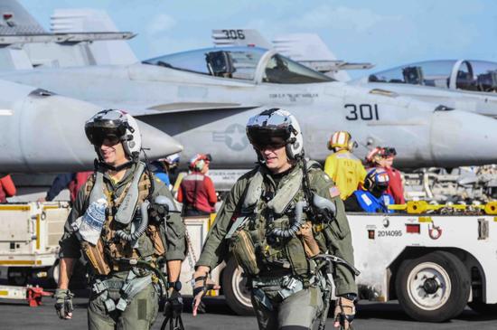 """11月份,""""杜鲁门""""号航母上的美国海军航空兵在地中海"""