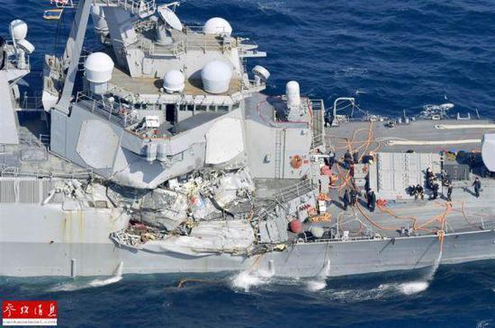 """图为被撞击以后的""""菲茨杰拉德 """"号驱逐舰。"""