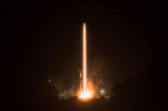 """11月19日2时7分,吾国在西昌卫星发射中间用长征三号乙运载火箭(及远征一号上面级),以""""一箭双星""""手段成功发射第四十二、四十三颗北斗导航卫星。新华社记者 琚振华 摄"""