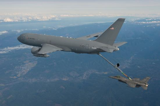KC-46添油机为F-16战斗机进走空中添油