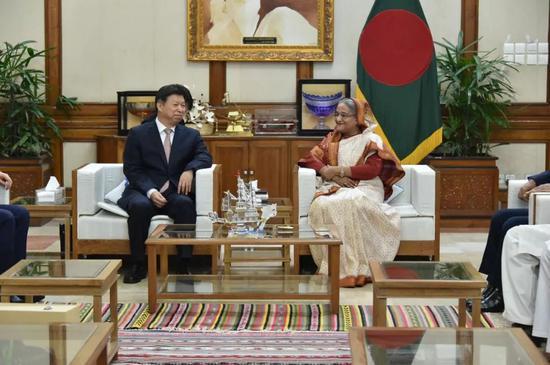 3月21日,孟加拉国人民联盟主席、政府总理哈西娜(中右)在达卡会见中共中央对外联络部部长宋涛(中左)。新华社记者刘春涛摄