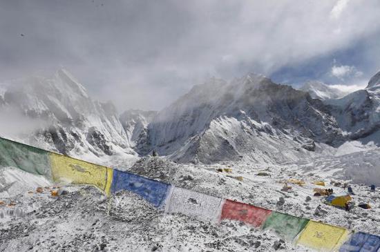 原料图片:2016年4月26日,雪崩事后的珠峰南坡大本营景象。 (新华社/法新社)