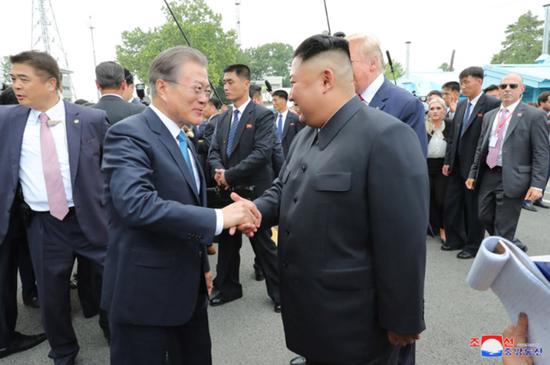 6月30日,文在寅与金正恩在板门店会面。(朝中社)