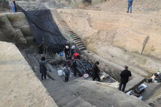 ↑2013年12月5日,新发现的栈桥码头考古遗迹发掘现场。(图片由杭州良渚遗址管理区管理委员会提供)