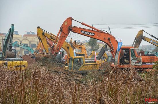 武汉版小汤山开建 现场上百台机械同时开挖