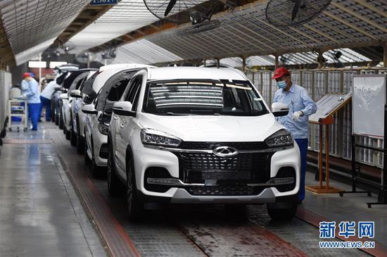 5月20日,在位于安徽省芜湖市的奇瑞汽车股份有限公司,工人在总装三车间内工作。 新华社发(周牧 摄)