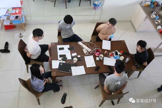 ▲该团伙位于马来西亚的其中一个窝点,成员主要利用手机工作。