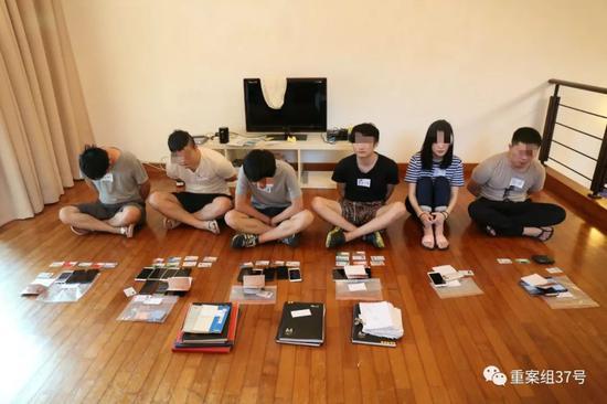 ▲团伙位于马来西亚的其中一个窝点,成员主要利用手机工作。深圳市公安局供图