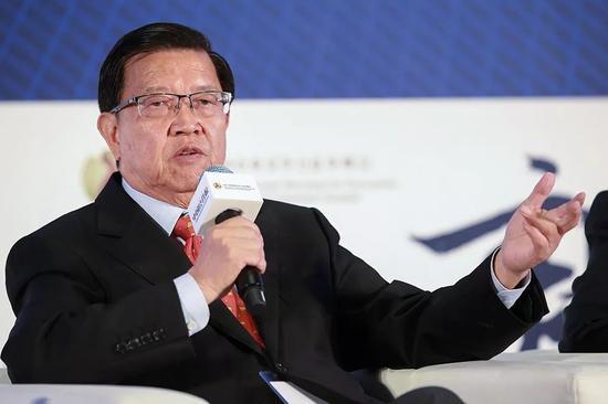 """(作为中国加入世界贸易组织谈判的首席代表,龙永图对于目前中美之间的""""贸易战""""表达出一种冷静的认识。图/视觉中国)"""