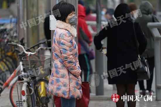 冷空气发力,河南部分地区气温暴跌20℃,市民穿棉衣出行。(图/梁澍)