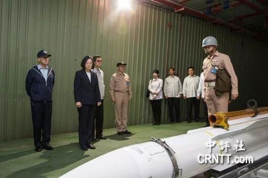 ▲4月13日,蔡英文登上基隆舰出海视导操演全程实况。(中评社)