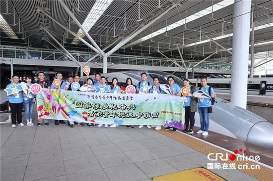 """參加""""國家發展戰略與香港青年機遇""""活動的150余名香港各界青年乘坐高鐵從深圳前往武漢。"""