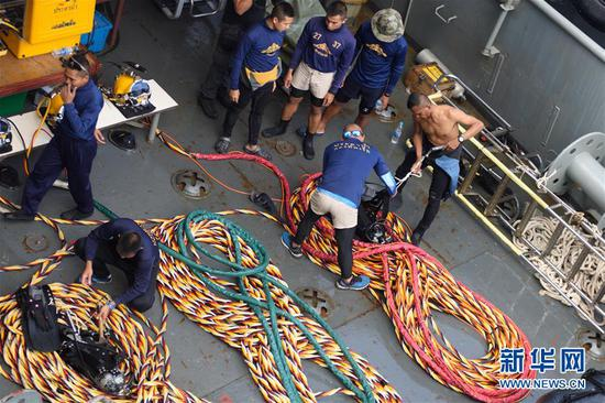 7月8日,在泰国普吉,泰国军方的搜救船只在失事海域停止搜救。新华社记者 秦晴 摄