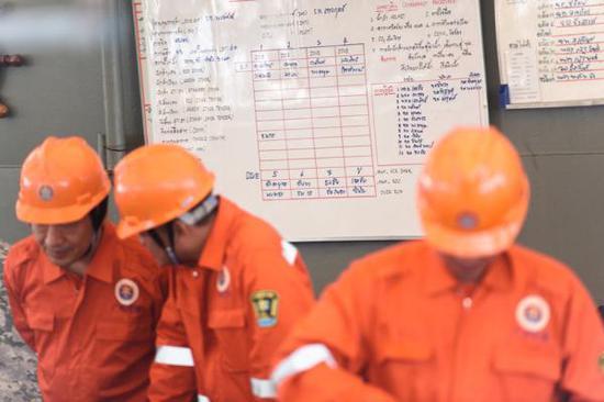 7月8日,在泰国普吉,中国交通运输部广州打捞局救援队成员参与救援。中方搜救人员携带紧缩空气机和气瓶等专业设备,乘坐泰方提供的救援船抵达事故海区展开工作。 图自新华社