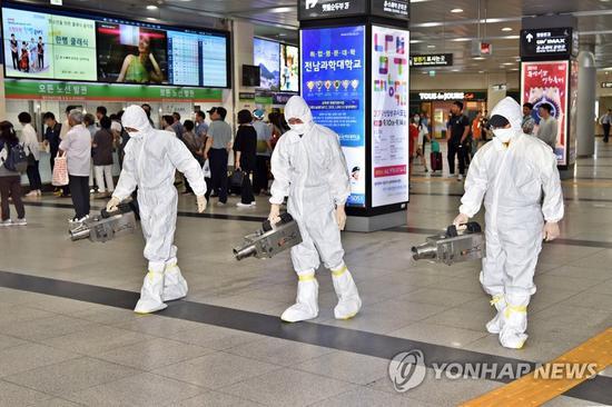 11日,工作人员对韩国光州汽车站进行消毒。(韩联社)