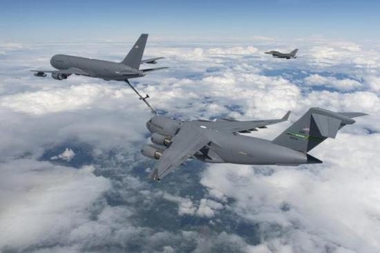 KC-46为C-17运输机进行空中加油。