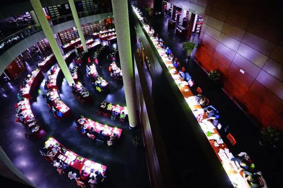 山西大学图书馆内自习的身影。图/视觉中国
